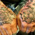 Två tatuerade händer